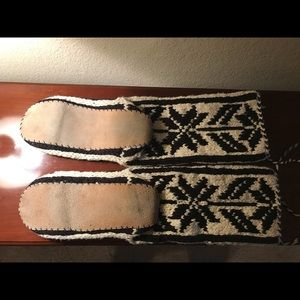 Shoes - ❄️ RARE knit slipper socks w. Leather sole unisex
